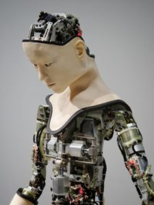 Bild zeigt eine Humanoidin - Verantwortung, künstliche Intelligenz